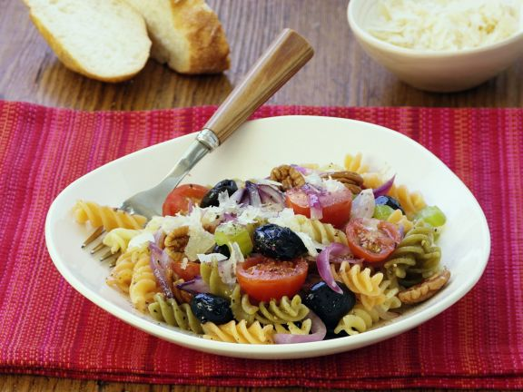 Mediterraner Nudelsalat mit Oliven und Walnüssen