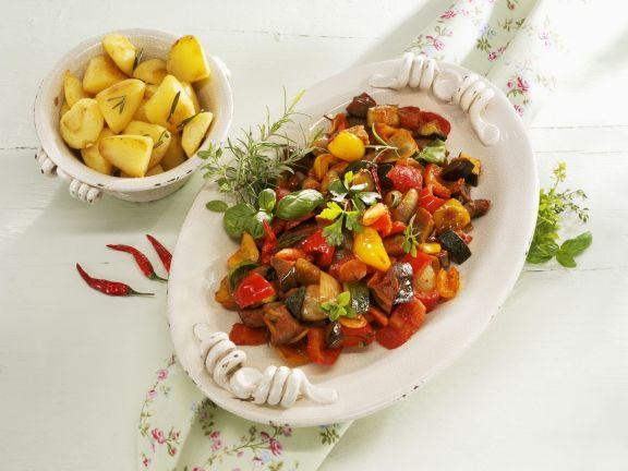 Mediterranes Gemüseragout mit Rosmarinkartoffeln
