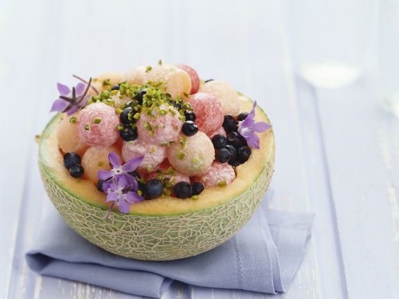Melone gefüllt mit Borretsch und Pistazien