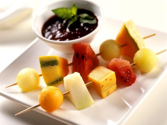 Melonen-Spieße mit Beerensauce