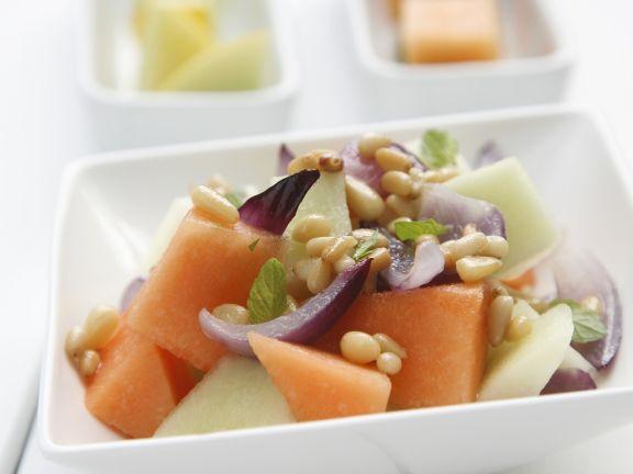 Melonen-Zwiebel-Salat mit Pinienkernen