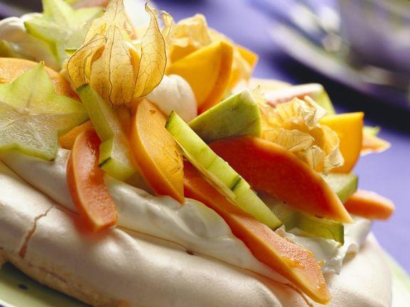 Meringue mit Sahnecreme und Früchten