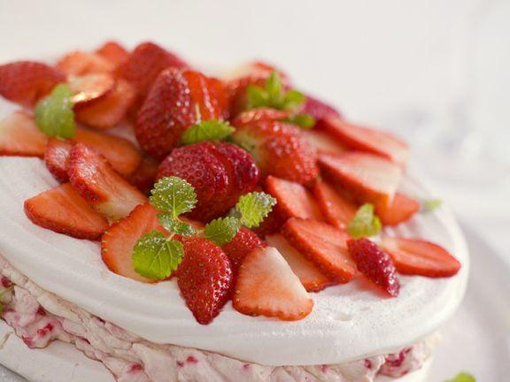 Meringuetorte mit Erdbeerfüllung