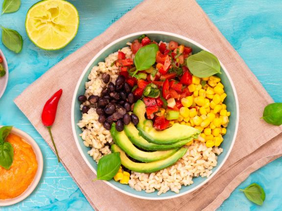 Mexico-Reis-Bowl mit Paprika-Salsa und Joghurt-Ratatouille-Sauce mit Curry