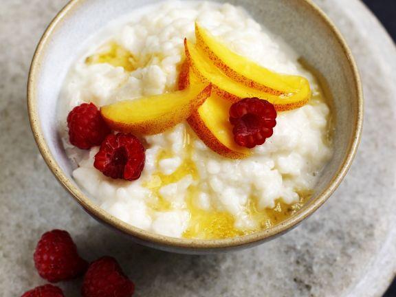 Milchreis mit Obst und Honig