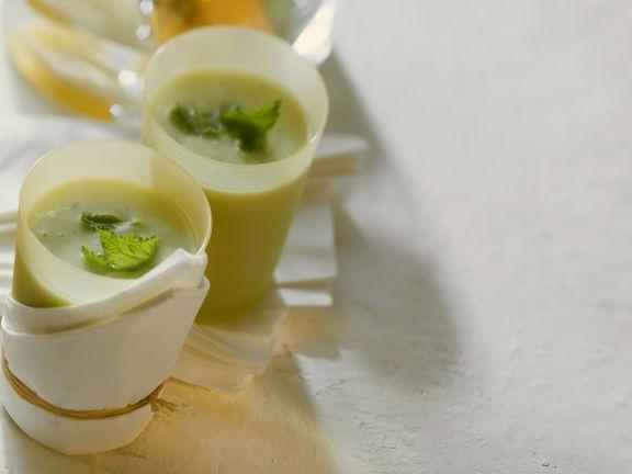 Mildes grünes Getränk mit Avocado und Melisse