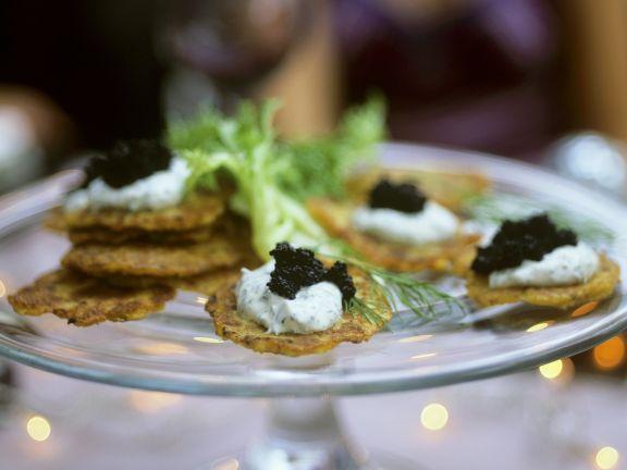 Mini-Kartoffelküchlein mit Dillcreme und Kaviar