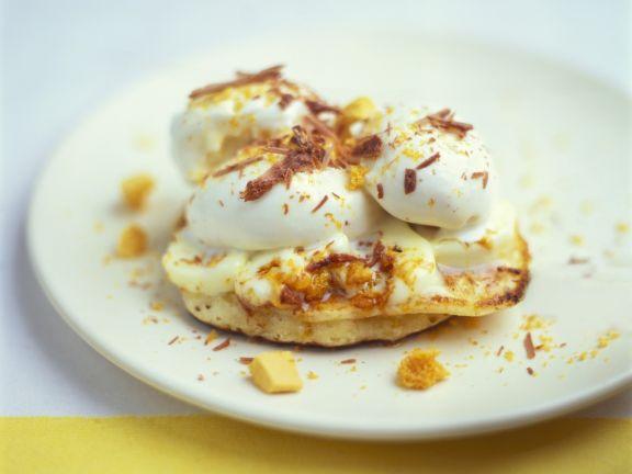 Mini-Pfannkuchen mit Vanilleeis und Schokoraspeln
