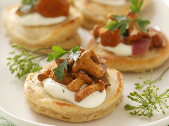 Mini-Pfannkuchen mit Schmand und Pfifferlingen