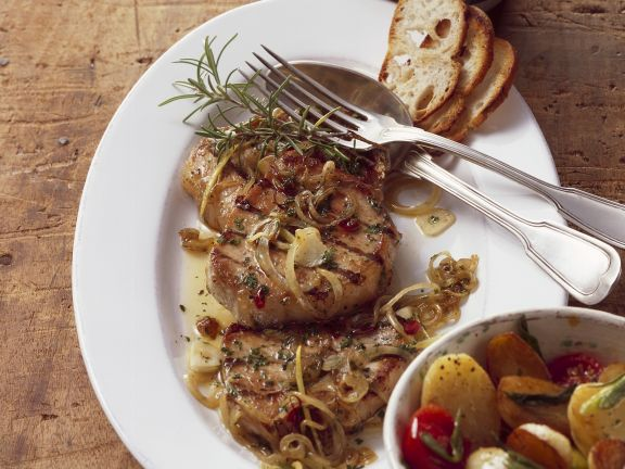 Minutensteak vom Grill mit Röstbrot und gebratenen Gemüsekartoffeln