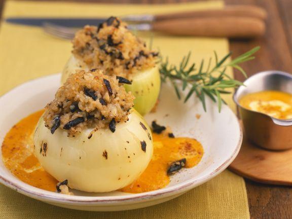 Mit Bulgur gefüllte Zwiebeln auf Kürbissauce