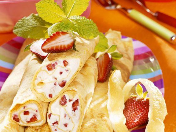 Mit Erdbeercreme gefüllte Pfannkuchen