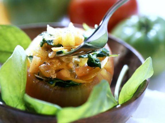 Mit Gemüse gefüllte Tomaten