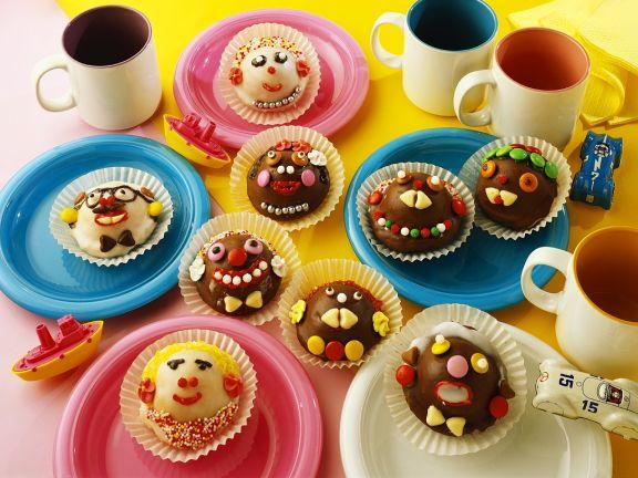 Mit Gesichtern verzierte Muffins