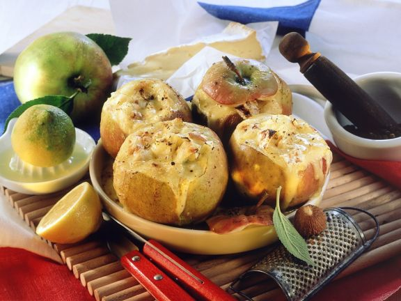 Mit Käse gefüllter Bratapfel