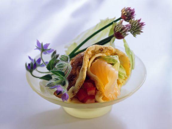 Mit Lachs, Salat und Tomate gefüllter Pfannkuchen
