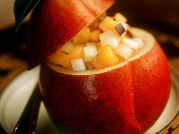 Mit Obstalat gefüllte Birne