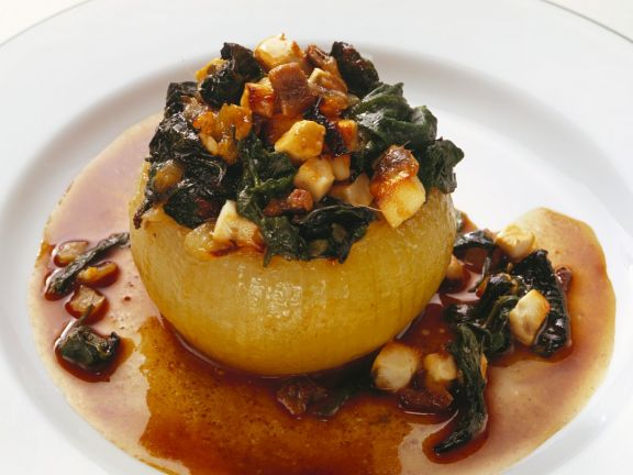 Mit Spinat und Käse gefüllte Zwiebel