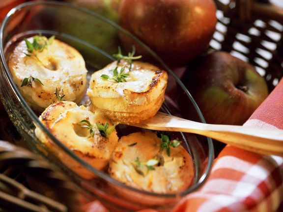 Mit Ziegenkäse gratinierte Apfeltoasts