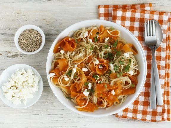 Dinkelnudeln mit Karotten, Feta und Sesam