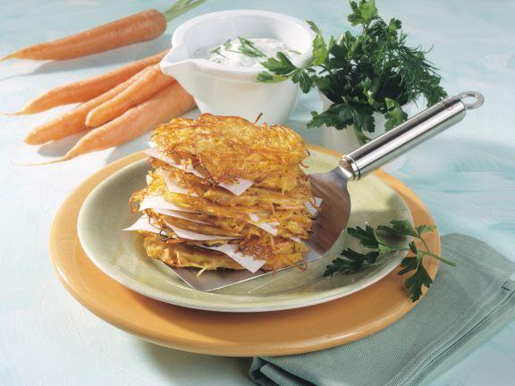 Möhren-Kartoffel-Plätzchen mit Kräuter-Schmand