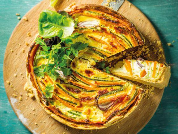 Möhren-Quiche mit bunten Gemüsestreifen