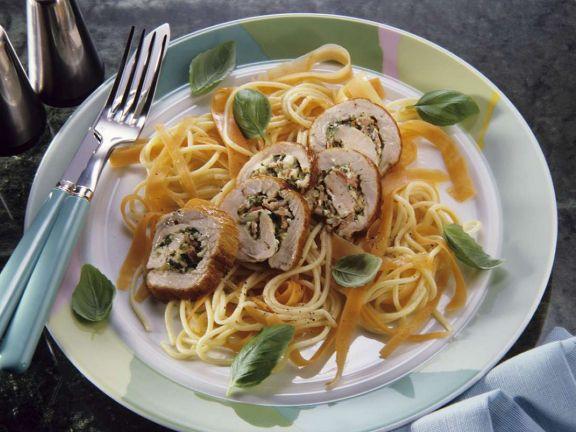 Möhren-Spaghetti mit Schweineröllchen