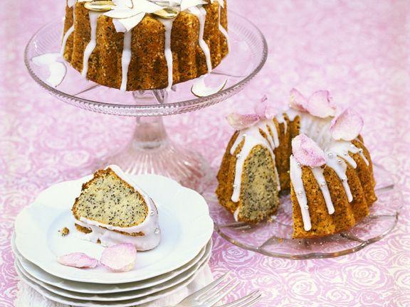 Mohnnapfkuchen mit Kokos und Zuckerblüten