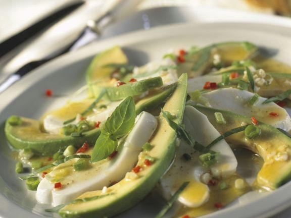 Mozzarella-Avocado-Salat mit Basilikum