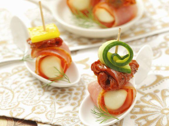 Mozzarella-Schinken-Häppchen mit getrockneten Tomaten und Gurke