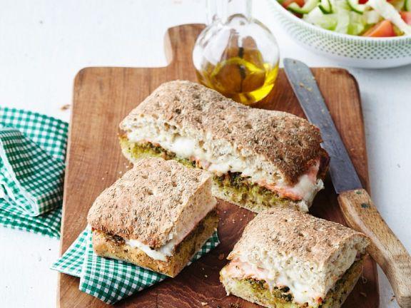 Mozzarella-Schinken-Sandwich mit Pesto