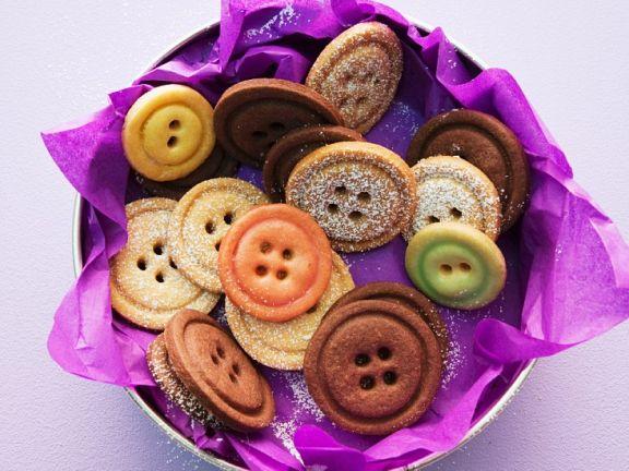 Mürbeteig-Kekse in Knopf-Form