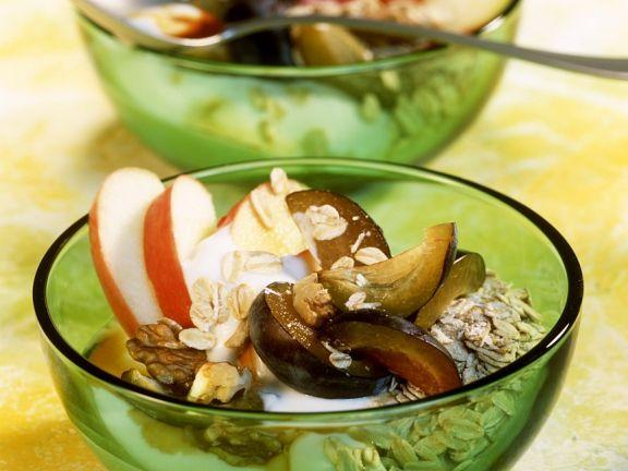 Müsli mit Dickmilch und Früchten