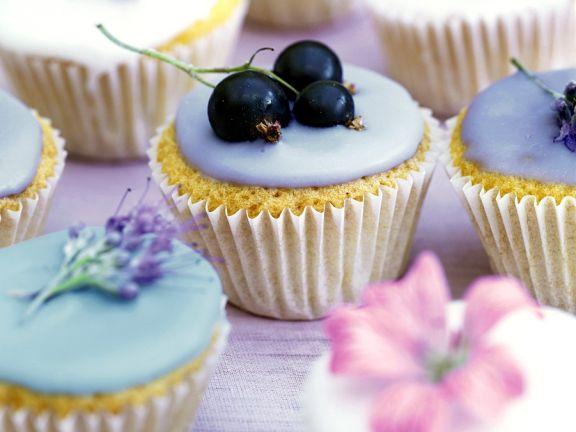Muffins mit Zuckerglasur und Blüten