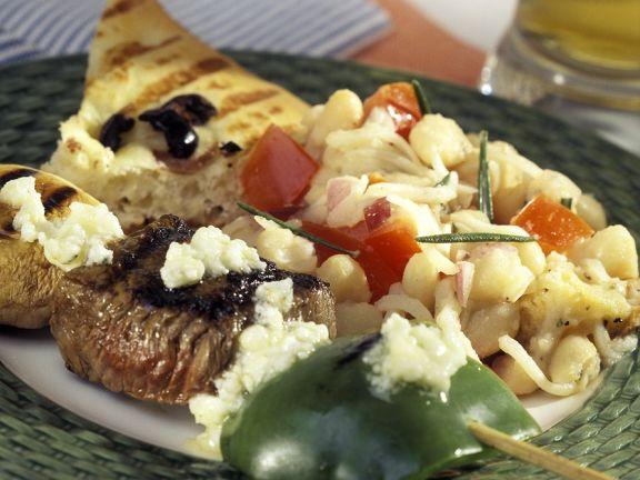 Mungbohnensalat mit Fleischspießen