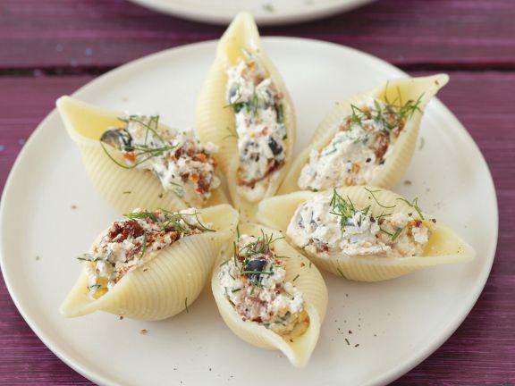 Muschelnudeln mit Füllung aus getrockneten Tomaten, Oliven und Quark