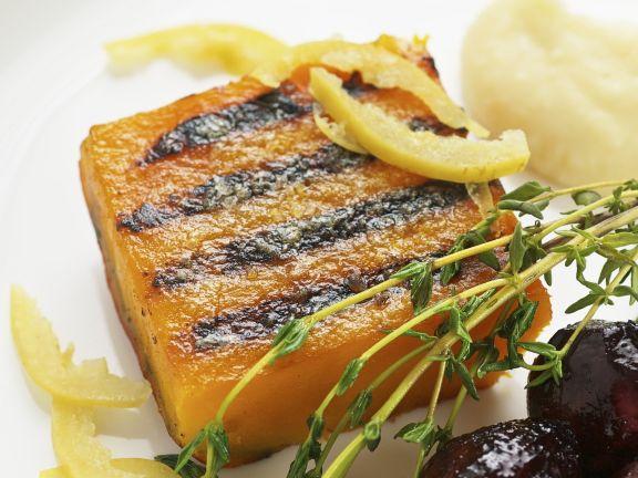 Muskatkürbis vom Grill mit marinierten Zitronen, Zwiebeln in Portweinsoße und Schafsfrischkäsepüree