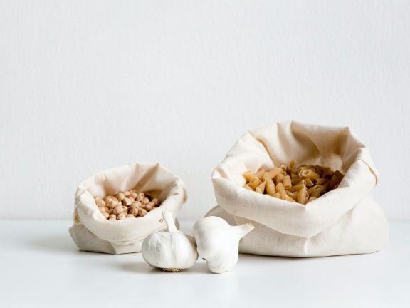 Nudeln in Stoffbeuteln und Knoblauch