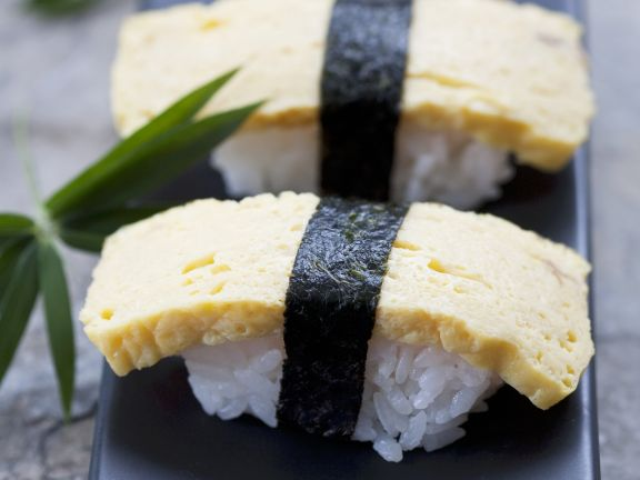 Nigiri-Sushi mit Omelett (Tamagosushi)