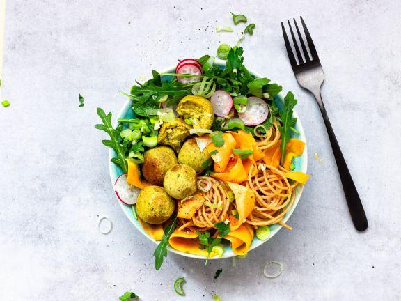 Noodle-Bowl mit Falafel