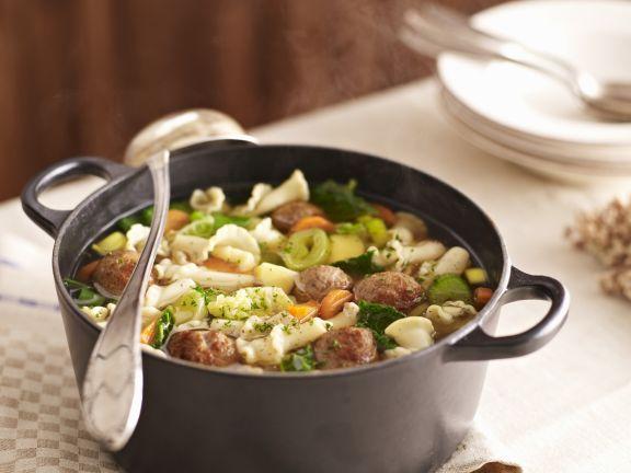 Nudel-Gemüse-Suppe mit Hackklößchen