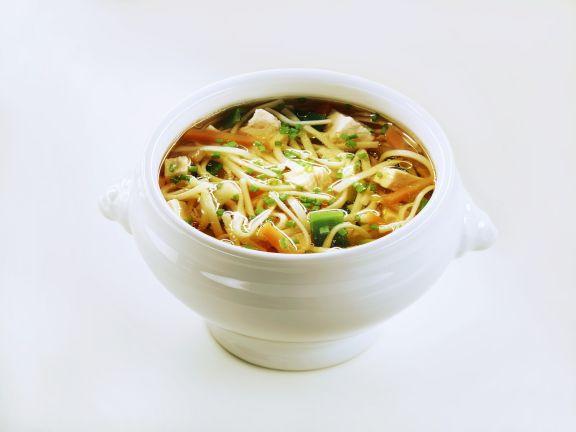 Nudel-Gemüse-Suppe mit Hühnchen
