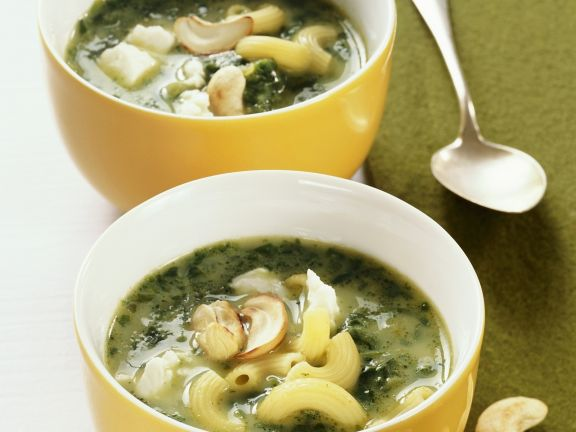 Nudel-Spinat-Suppe mit Cashewkernen