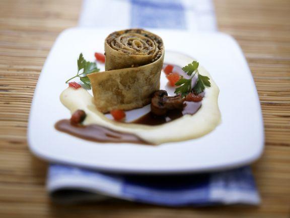Nudel-Steinpilz-Schnecke mit schaumiger Käsesoße
