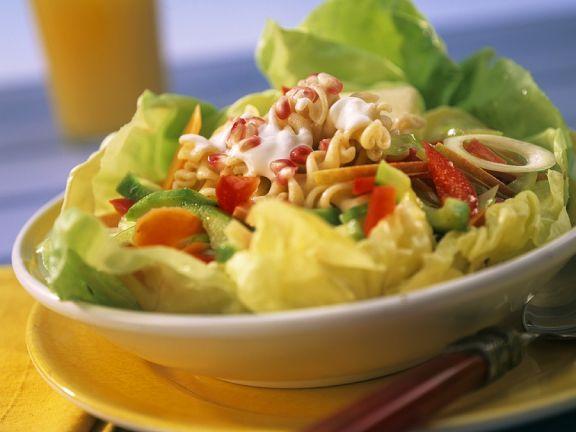 Nudeln auf buntem Salat mit Joghurtdressing