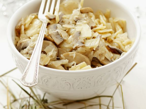 Nudeln auf polnische Art mit Sauerkraut und Champignons