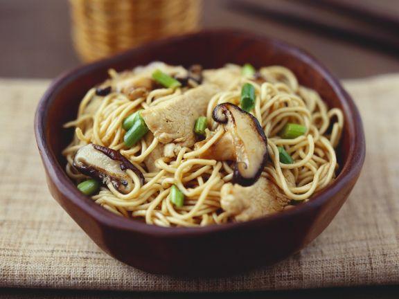Nudeln aus dem Wok mit Fleisch und Pilzen