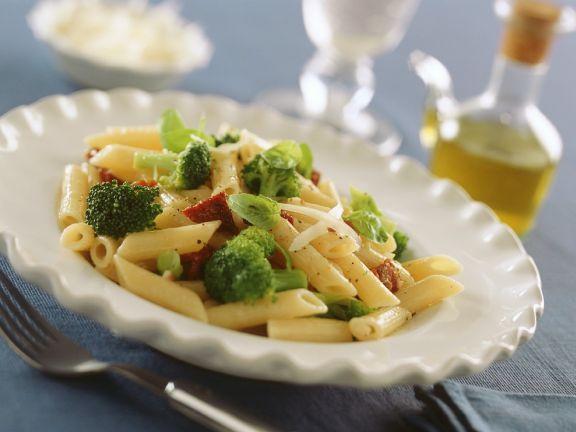 Nudeln mit Brokkoli und Tomaten