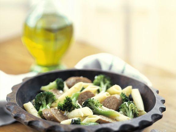 Nudeln mit Brokkoli und Würstchen