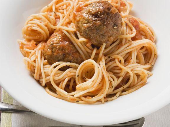 Nudeln mit Fleischbällchen in Tomatensauce